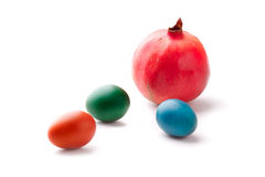 Oeufs de pâques colorés avec une grenade Image stock