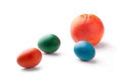 Oeufs de pâques colorés avec une orange Photos stock