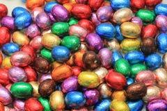 Oeufs de pâques colorés de chocolat Image stock