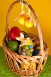 Oeufs de pâques colorés décorés sur le fond de couleur Photographie stock libre de droits