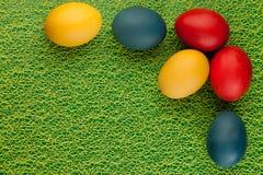 Oeufs de pâques colorés décorés sur le fond de couleur Photo stock
