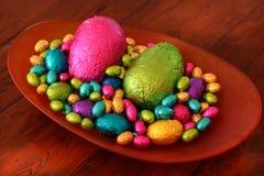 Oeufs de pâques colorés délicieux de chocolat image stock