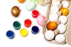 Oeufs de pâques colorés d'isolement sur le fond blanc Peignez les bidons Images libres de droits