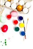 Oeufs de pâques colorés d'isolement sur le fond blanc Peignez les bidons Image libre de droits