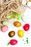 Oeufs de pâques colorés d'isolement sur le fond blanc Peignez les bidons Photographie stock libre de droits