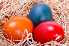 Oeufs de pâques colorés dans l'emboîtement Image libre de droits