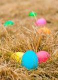 Oeufs de pâques colorés dans l'herbe formant une traînée pour trouver le nid bleu Photo libre de droits