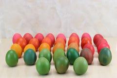 Oeufs de pâques colorés dans la rangée sur le fond de marbre avec l'espace de copie Photographie stock libre de droits