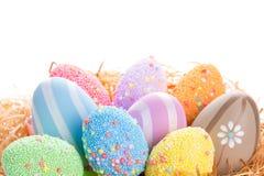 Oeufs de pâques colorés dans le nid Image libre de droits
