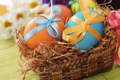 Oeufs de pâques colorés dans le panier Image libre de droits