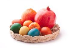 Oeufs de pâques colorés dans un panier Images libres de droits