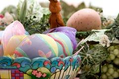 Oeufs de pâques colorés dans un panier Image stock