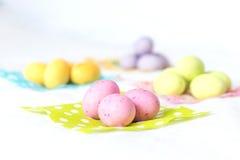 Oeufs de pâques colorés de chocolat Photos stock