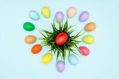 Oeufs de pâques colorés disposés dans la forme d'amour Photos libres de droits