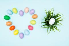 Oeufs de pâques colorés disposés dans la forme d'amour Image libre de droits