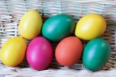 Oeufs de pâques colorés faits maison dans un panier Image stock