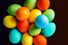 Oeufs de pâques colorés lumineux Images stock