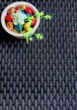 Oeufs de pâques colorés mélangés de chocolat et fond en osier foncé image stock