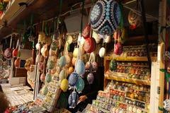 Oeufs de pâques colorés de modèle sur le marché en plein air photos libres de droits