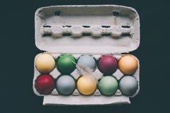 Oeufs de pâques colorés par pastel avec la plume Photo stock