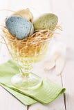 Oeufs de pâques colorés par pastel dans un bol en verre Images libres de droits