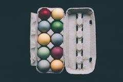 Oeufs de pâques colorés par pastel dans une boîte Images libres de droits