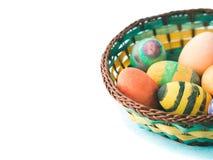 Oeufs de pâques colorés peints à la main par des enfants dans le panier Photographie stock