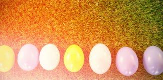 Oeufs de pâques colorés sur l'herbe Images libres de droits
