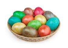 Oeufs de pâques colorés sur le blanc Photo stock