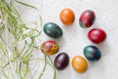 Oeufs de pâques colorés sur le fond blanc Image libre de droits