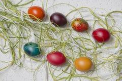 Oeufs de pâques colorés sur le fond blanc Photo libre de droits