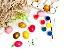 Oeufs de pâques colorés sur le fond blanc Peignez les bidons Photos libres de droits