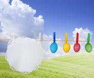 Oeufs de pâques colorés sur le pré de source Images stock
