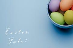 oeufs de pâques colorés sur une soucoupe Joyeuses Pâques Photos stock