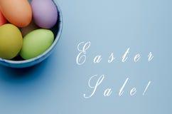 oeufs de pâques colorés sur une soucoupe Joyeuses Pâques Images stock