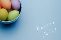 oeufs de pâques colorés sur une soucoupe Joyeuses Pâques Image stock