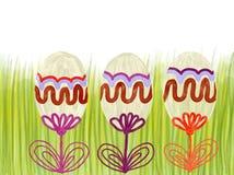 Oeufs de pâques colorés tirés par la main sur l'herbe verte comme fond Photo stock