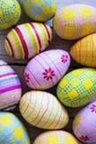 Oeufs de pâques colorés verticaux Photos libres de droits