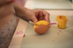 Oeufs de pâques comme le soleil pour un petit lapin de Pâques photographie stock libre de droits