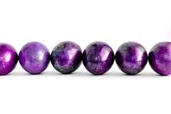 Oeufs de pâques décorés dans différentes nuances de violette rayées sur le fond blanc d'isolement Plan rapproché photos stock