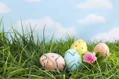 Oeufs de pâques décorés dans l'herbe Image libre de droits