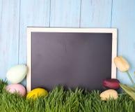Oeufs de pâques décorés dans l'herbe Photographie stock libre de droits
