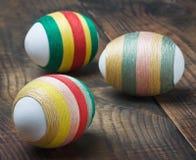 Oeufs de pâques décorés des amorçages de laine Image stock