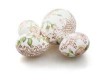 Oeufs de pâques décorés sur le fond blanc photos stock