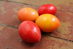Oeufs de pâques décoratifs colorés Images stock