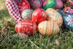 Oeufs de pâques décoratifs dans extérieur dans l'herbe Photo stock