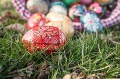 Oeufs de pâques décoratifs dans extérieur dans l'herbe Photos libres de droits