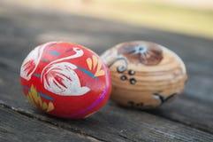 Oeufs de pâques décoratifs dans extérieur sur la table en bois Images stock