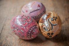 Oeufs de pâques décoratifs dans extérieur sur la table en bois Image stock