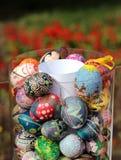 Oeufs de pâques décoratifs dans un vase en verre Photographie stock libre de droits
